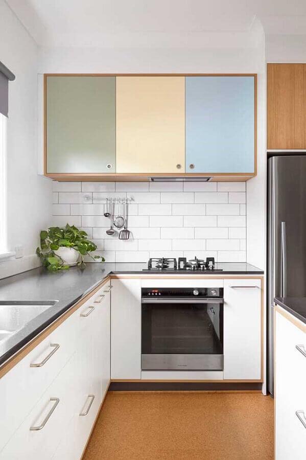 cozinha completa decorada com armários com portas coloridas Foto Pinterest