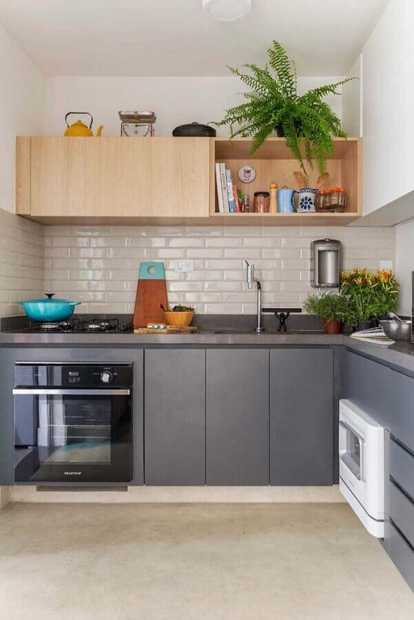 cozinha completa em L decorada com armários planejados cinza e armário aéreo de madeira Foto Home Fashion Trend