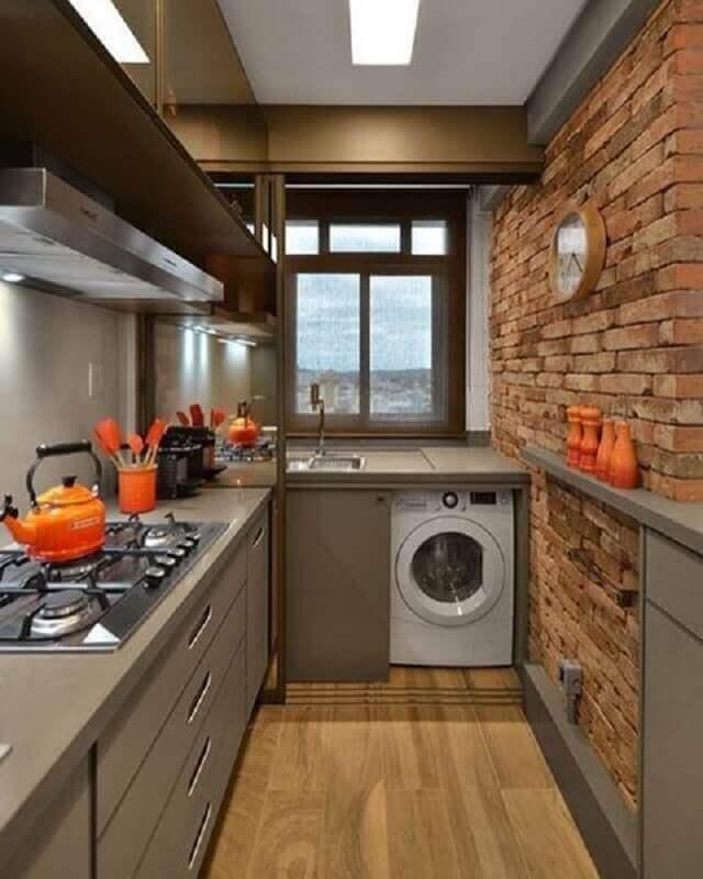 cozinha completa pequena decorada com parede de tijolinho à vista Foto Conexão Décor