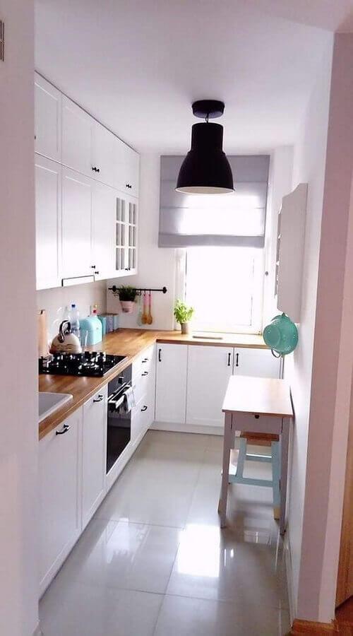 cozinha completa pequena planejada com armário brancos e bancada de madeira Foto Lova Homy