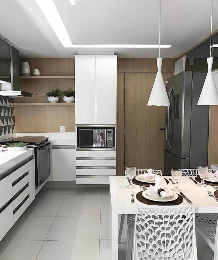 cozinha completa planejada com armários brancos Foto Webcomunica