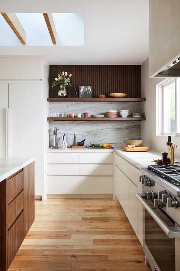cozinha completa planejada com armários brancos e prateleiras de madeira Foto Pinterest