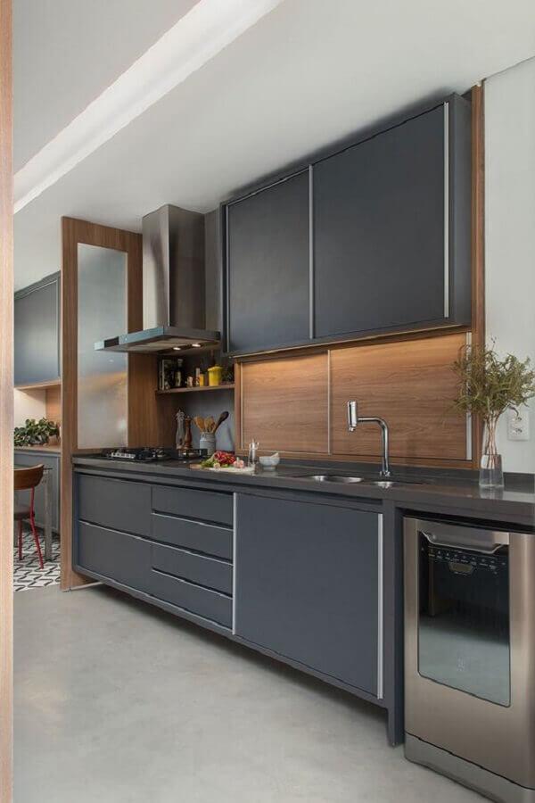 cozinha completa planejada com armários cinza e revestimento que imita madeira Foto Casa de Valentina