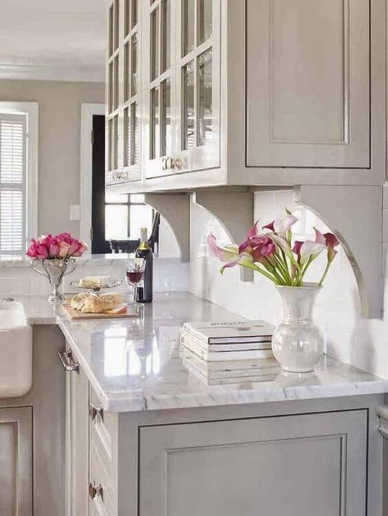 Cozinha decorada com plantas pequenas com flores rosa
