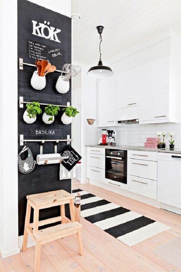 cozinha decorada com tapete passadeira preto e branco Foto Pinterest