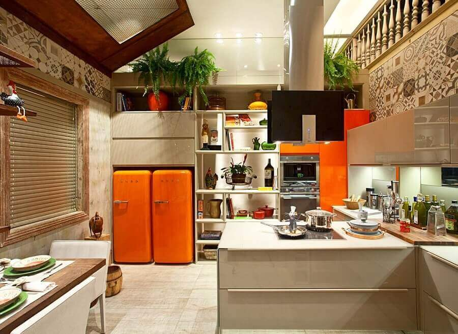 cozinha moderna decorada na cor creme e laranja Foto Archello