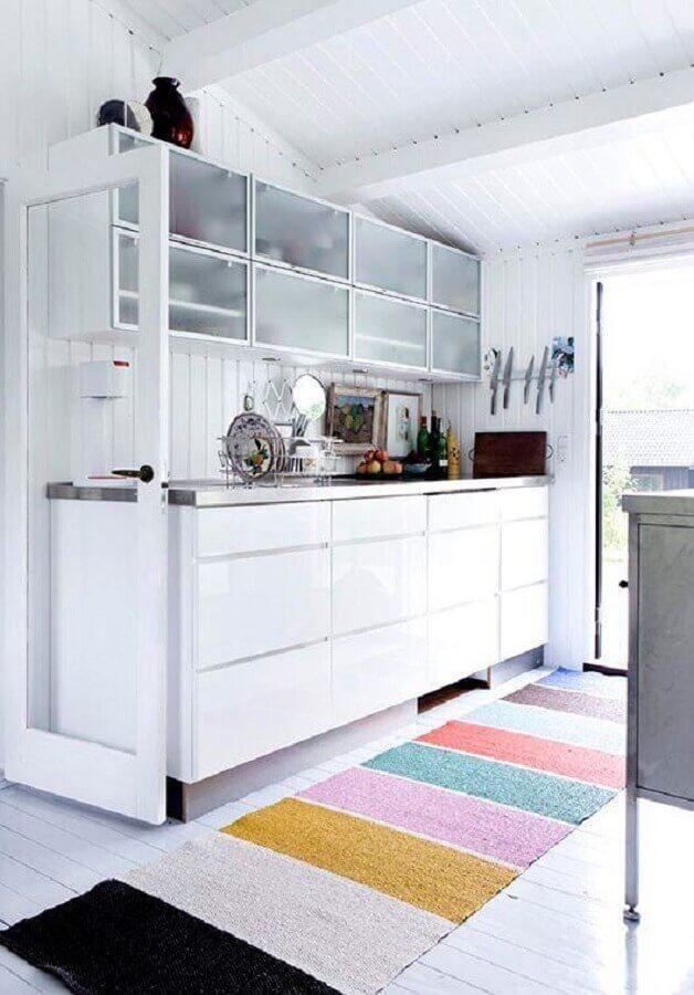 cozinha toda branca decorada com tapete passadeira listrado colorido Foto Apartment Therapy