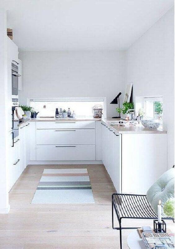 decoração clean com tapete passadeira listrado para cozinha toda branca planejada Foto Apartment Therapy