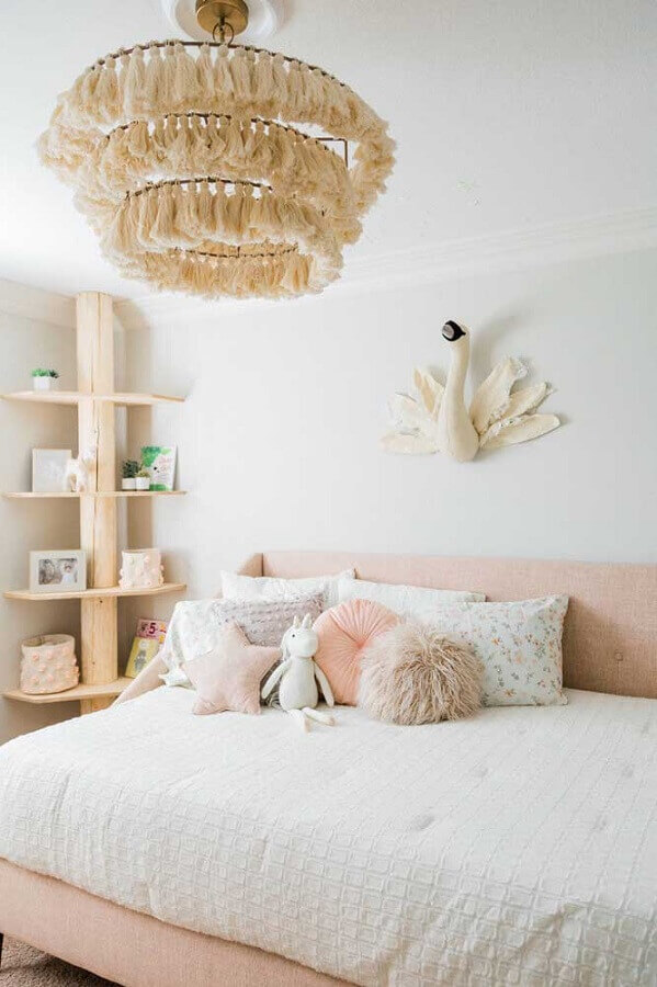 decoração clean para quarto de solteiro feminino com lustre arrojado Foto We Love It