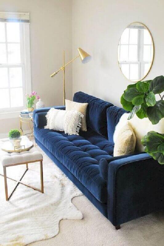 decoração clean para sala com sofá azul marinho e espelho redondo Foto Jeito de Casa