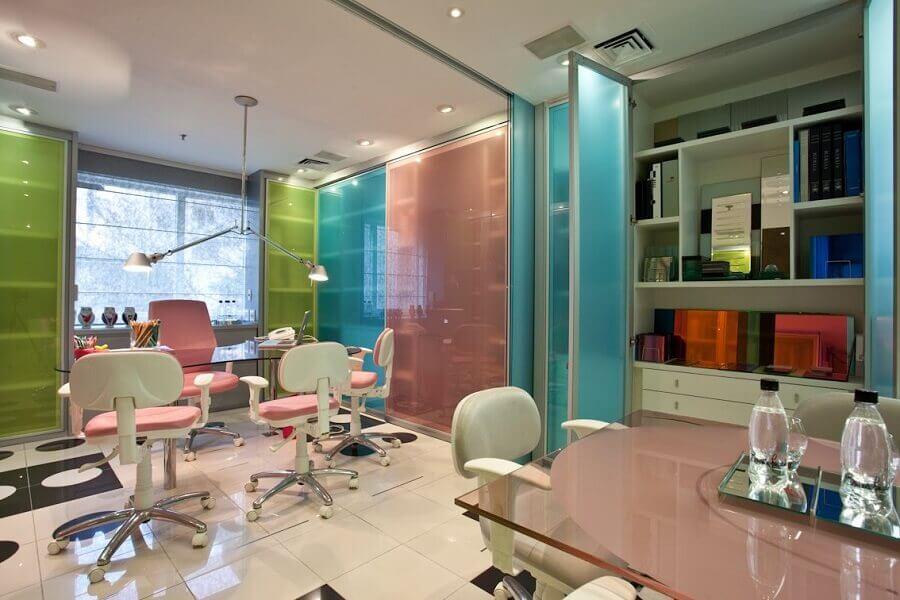 decoração colorida com cadeira de escritório rosa e branca Foto Brunete Fraccaroli