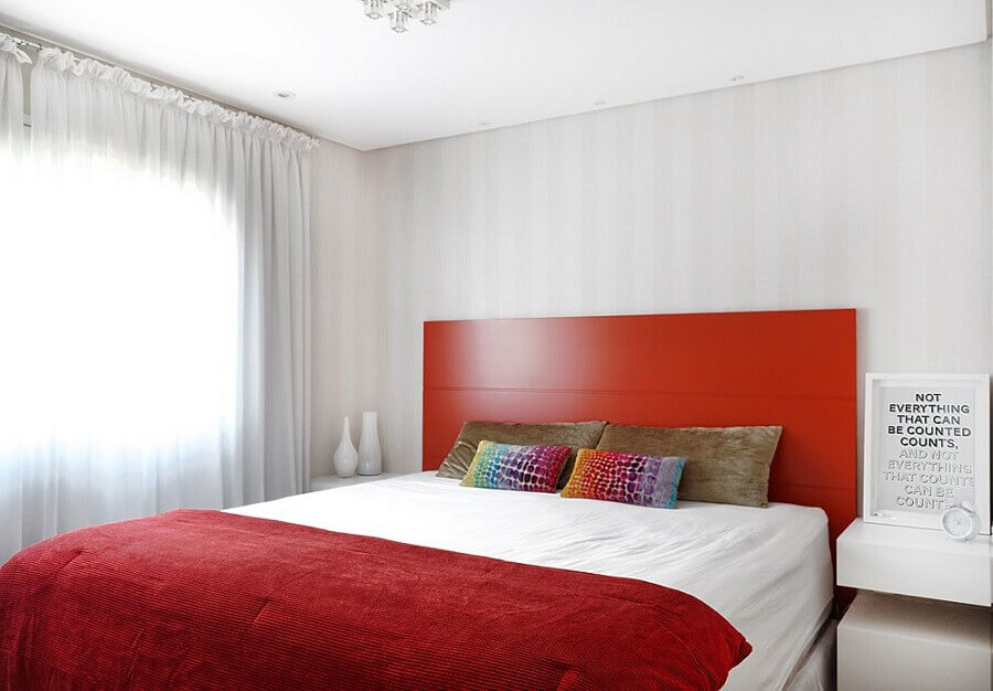 decoração com cabeceira casal madeira pintada de vermelha Foto Elen Saravalli