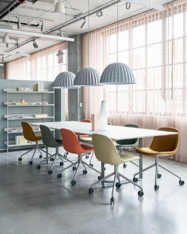 decoração com cadeira de escritório colorida de rodinhas Foto Azuro Republic