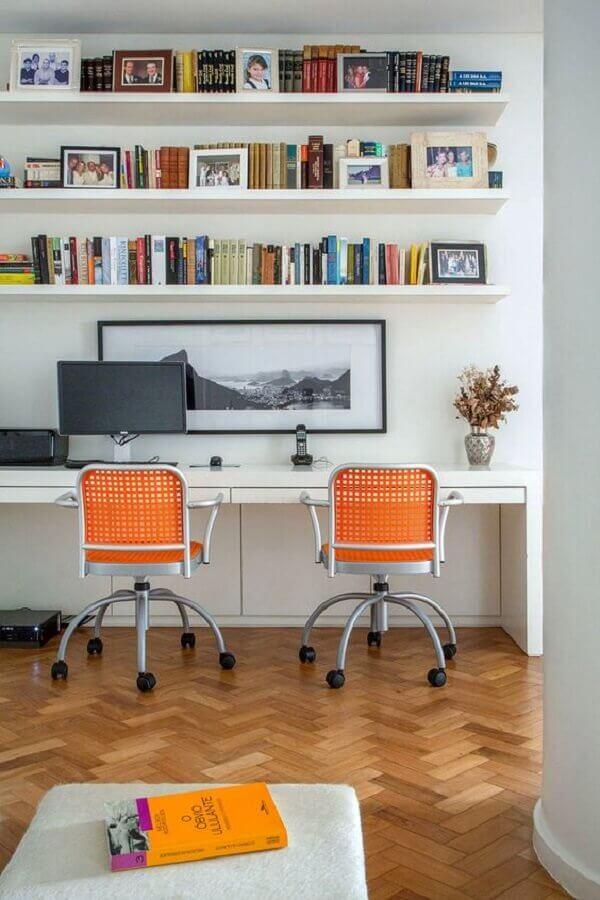 decoração com cadeira de escritório colorida laranja Foto Casa de Valentina