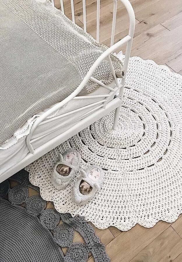 decoração com dois modelos de tapete de crochê para quarto Foto Pinterest