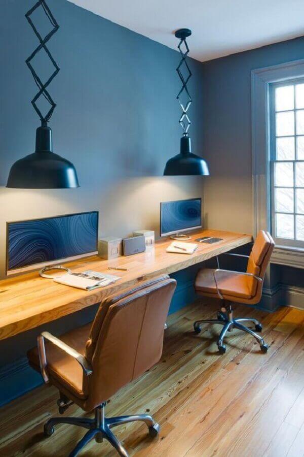 decoração com pendente preto moderno e cadeira de escritório de couro marrom Foto Pinterest