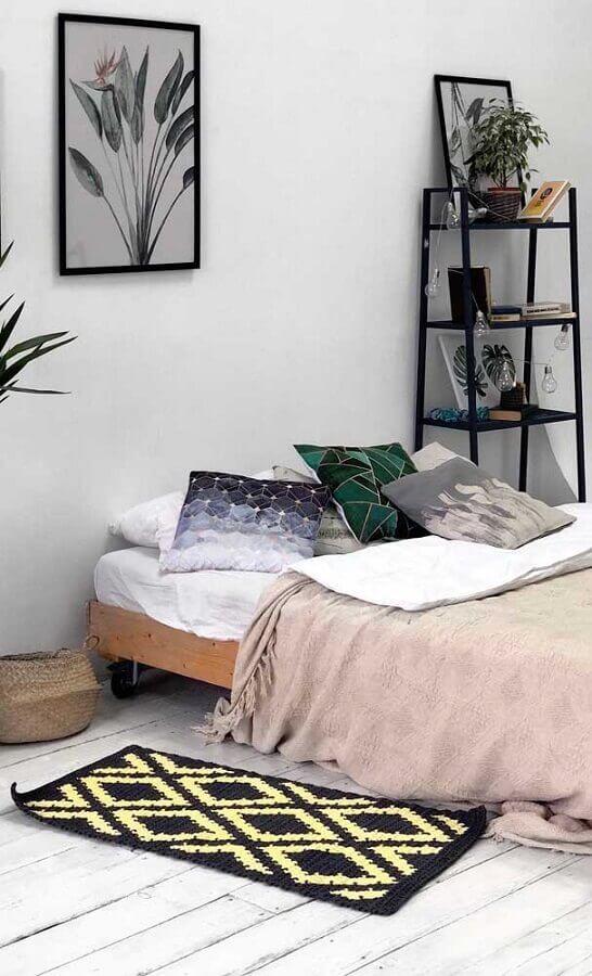 decoração com tapete de crochê para quarto de casal simples Foto Archzine