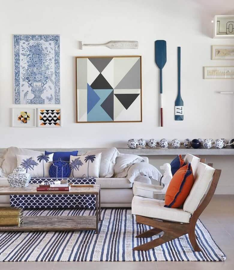 decoração com tapete listrado para sala com poltronas de madeira Foto HOC Arquitetura