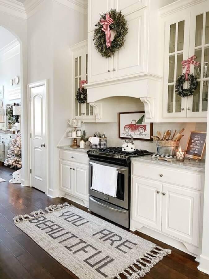 decoração com tapete para cozinha planejada toda branca com estilo clássico Foto Lulu & Georgia