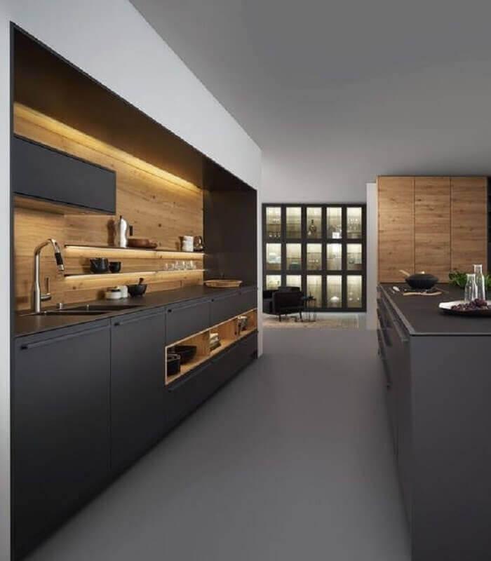 decoração contemporânea para cozinha cinza chumbo com detalhes em madeira Foto Liliana Zenaro Interiores
