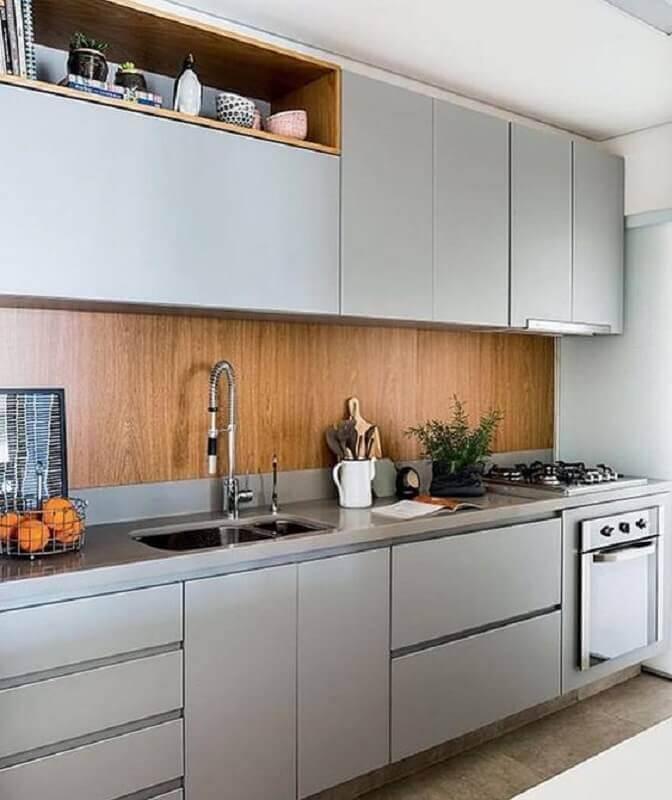 decoração cozinha completa com armários cinza e revestimento em madeira Foto Pinterest