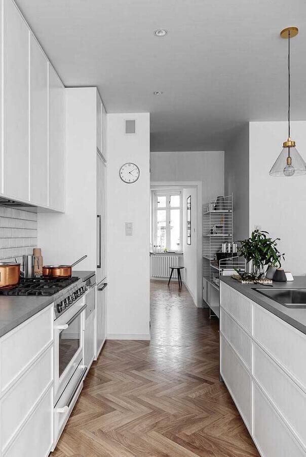 decoração cozinha completa planejada toda branca Foto ArchDaily