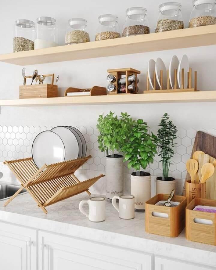 decoração de cozinha completa com prateleiras de madeira Foto Pinterest