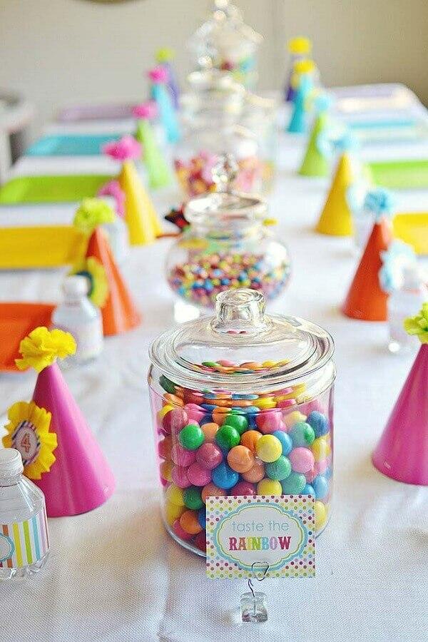 decoração de festa infantil simples com balas pratos e chapéus coloridos Foto PopSugar