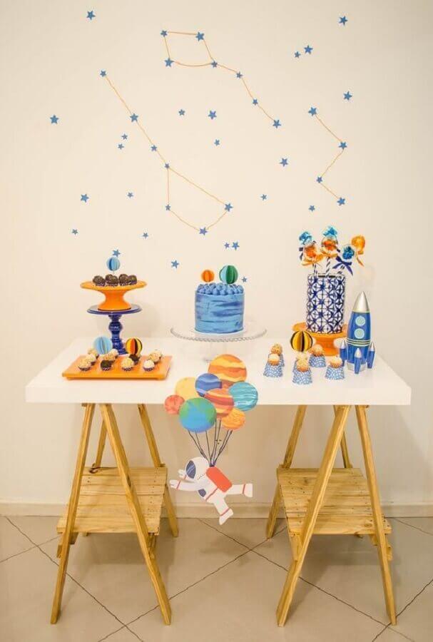 decoração de festa infantil simples e barata com tema astronauta Foto Pinterest