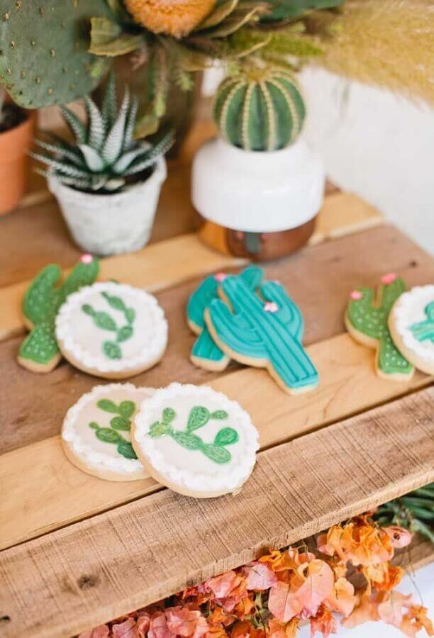 Mexican party decoration with personalized cactus shaped candy Photo Kisses Events