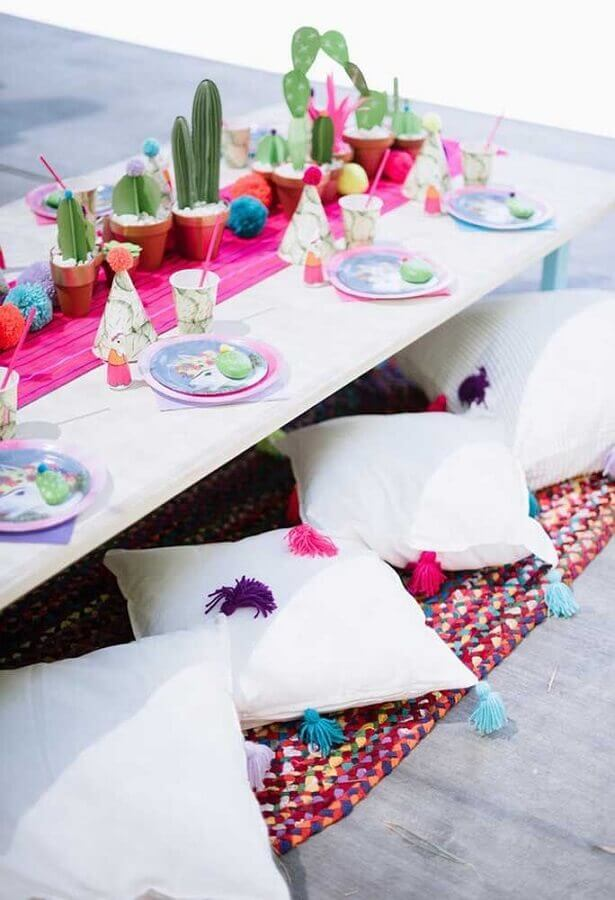 Mexican party decoration with cactus pots in the center of the table Foto Pinterest