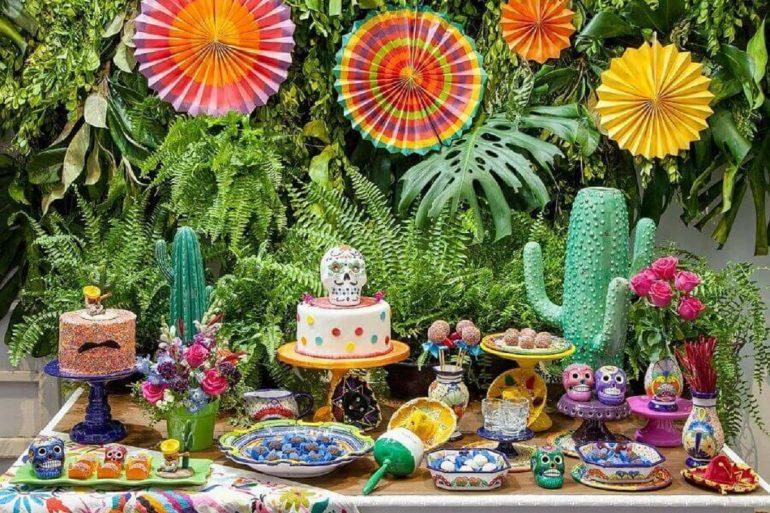 decoração de mesa para festa mexicana com painel de folhagens no fundo  Foto Sweet Tooth Candy Buffets