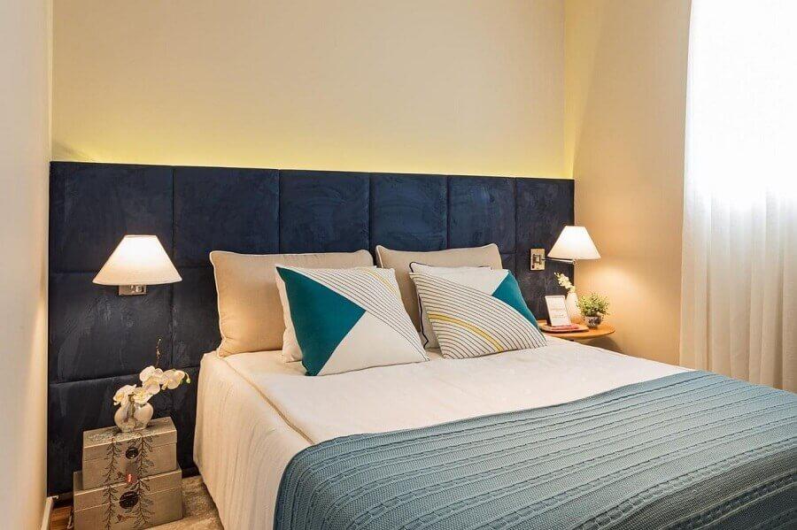 decoração de quarto com cabeceira estofada casal azul com arandela Foto Sesso e Dalanezi