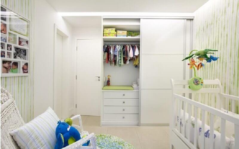decoração de quarto de bebê planejado simples todo branco com detalhes em verde Foto Pinterest