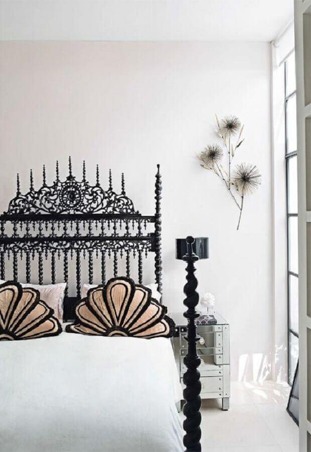decoração de quarto de solteiro feminino com cama de ferro preta Foto Pinterest