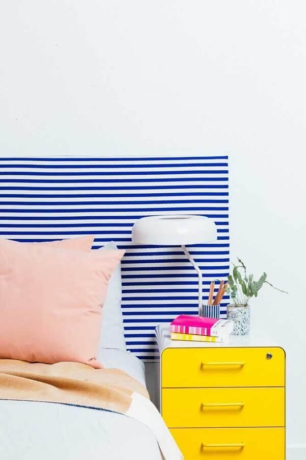 decoração de quarto de solteiro feminino com criado mudo amarelo e cabeceira listrada azul e branco Foto Pinterest