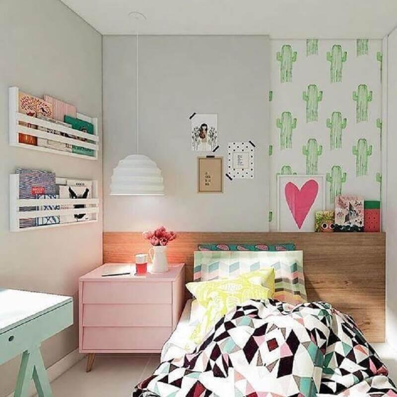 decoração de quarto de solteiro feminino jovem com criado mudo rosa e papel de parede de cactos Foto Pinterest