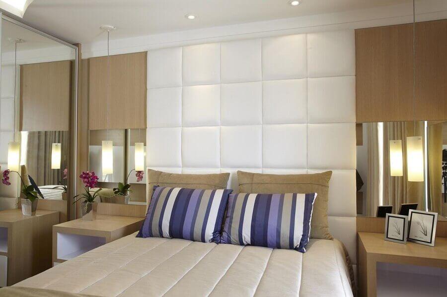 decoração de quarto planejado com cabeceira casal branca estofada até o teto Foto Aquiles Nicolas Kílaris
