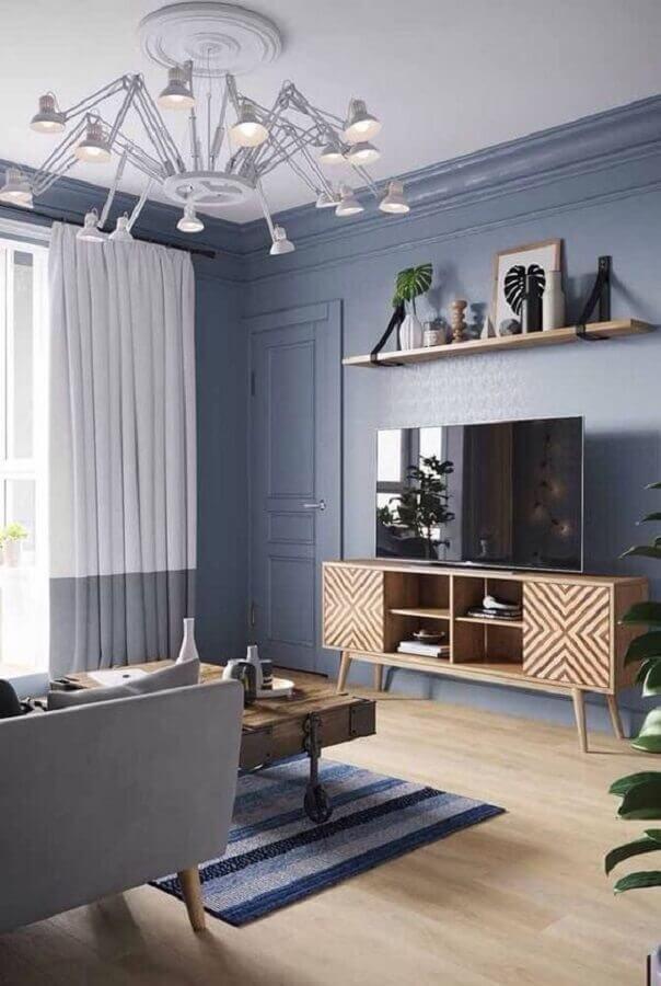 decoração de sala azul claro com rack de madeira Foto ArchiZine