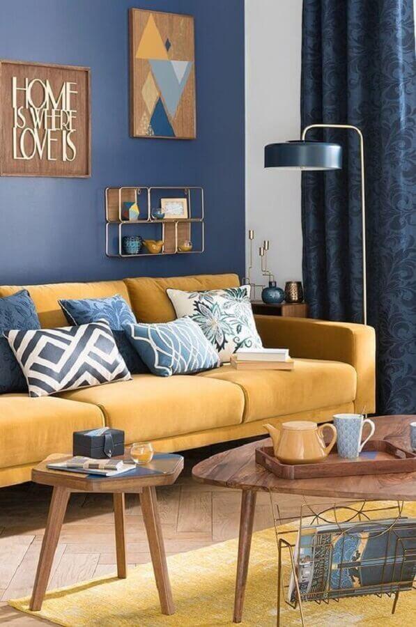 decoração de sala azul e amarelo com mesa de centro de madeira  Foto Pinterest