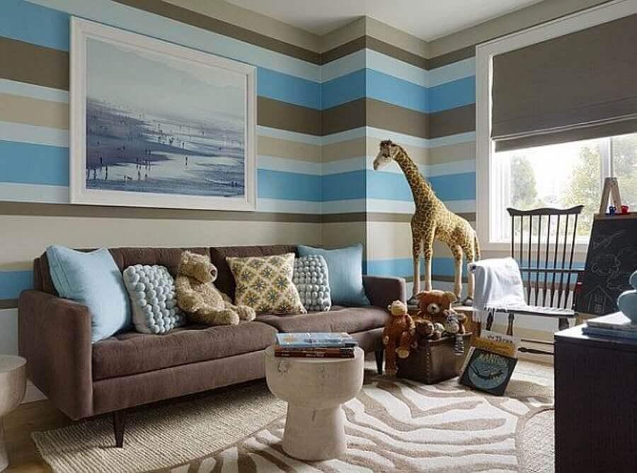 decoração de sala azul e marrom com papel de parede listrado Foto Pinterest