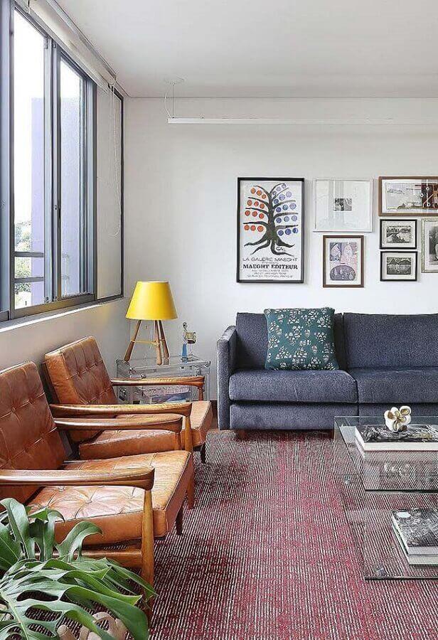 decoração de sala com abajur de madeira com cúpula amarela Foto Pinterest