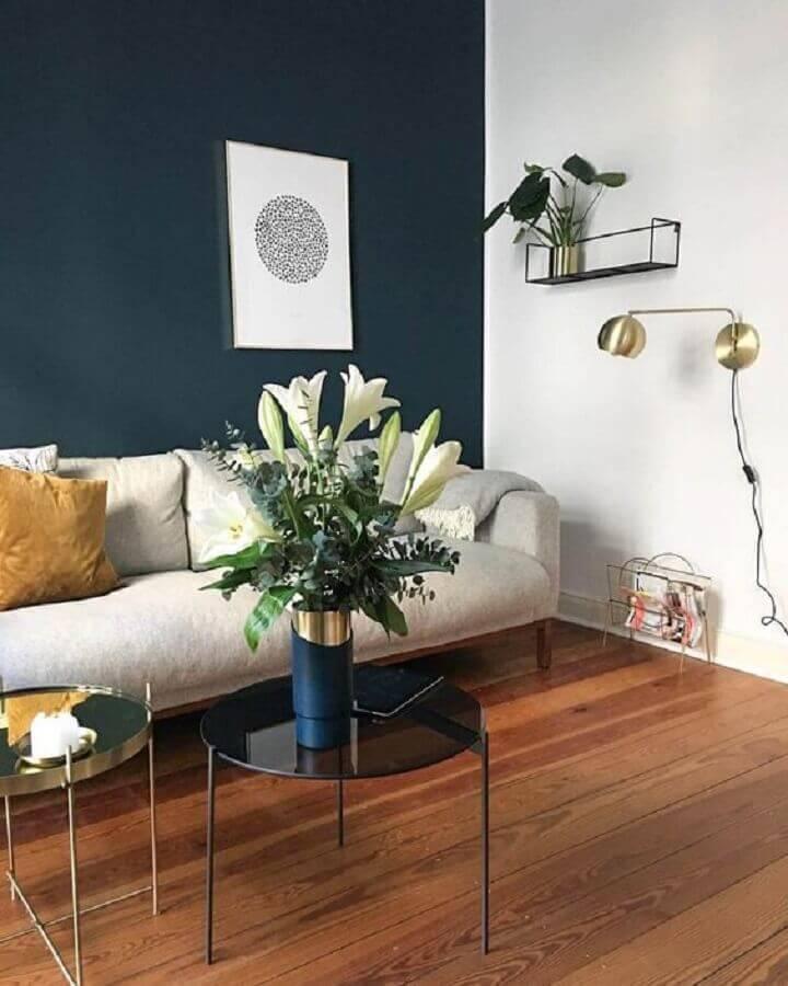 decoração de sala com parede azul marinho e sofá branco Foto Decostore