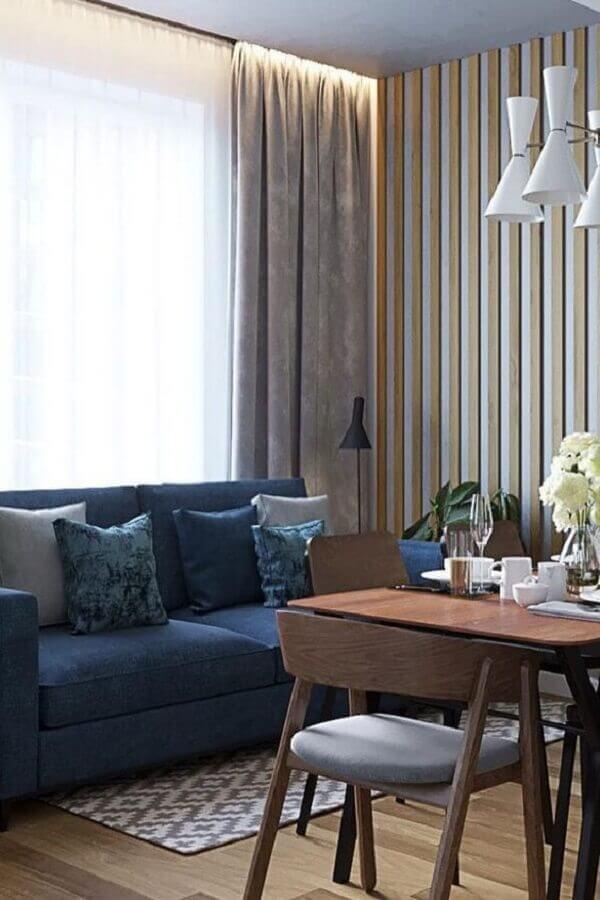 decoração de sala com sofá azul e papel de parede listrado Foto 4Style Interiores