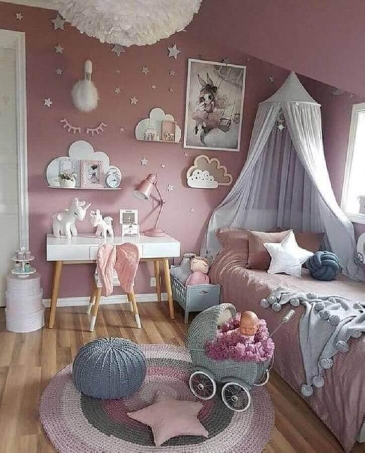 decoração delicada para quarto de menina unicórnio com puff e tapete de crochê Foto CoachDecor