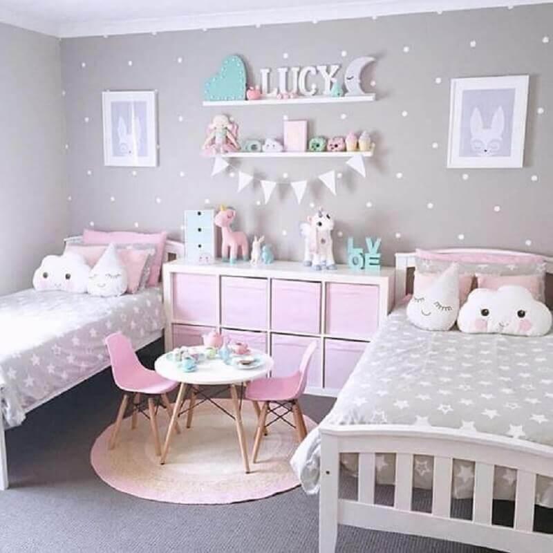 decoração delicada para quarto unicórnio cinza com parede de bolinhas brancas Foto Muito Chique