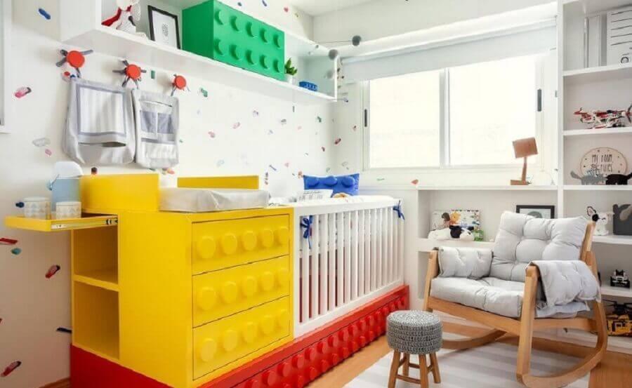 decoração divertida para quarto de bebê planejado com berço em formato de peças de lego Foto Estúdio Villa