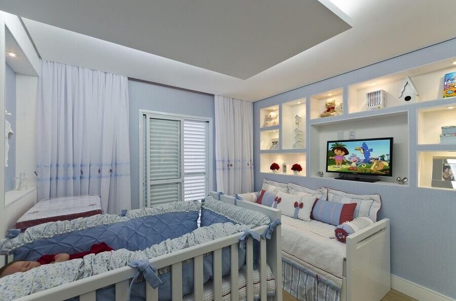 decoração em azul e branco para quarto de bebê planejado masculino Foto Belissa Corral
