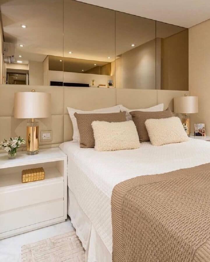 decoração em cores neutras para quarto com cabeceira casal bege e criado mudo branco Foto Pinterest