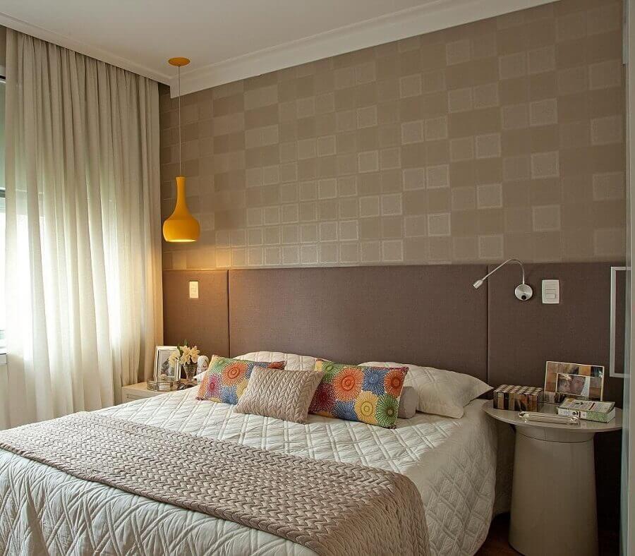 decoração em tons neutros com cabeceira casal bege para quarto com pendente amarelo Foto Patricia Kolanian